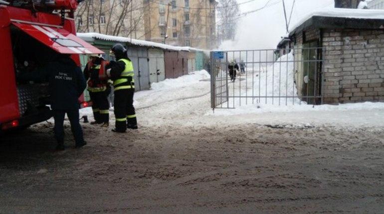 На Парголовской загорелся гараж с машиной внутри