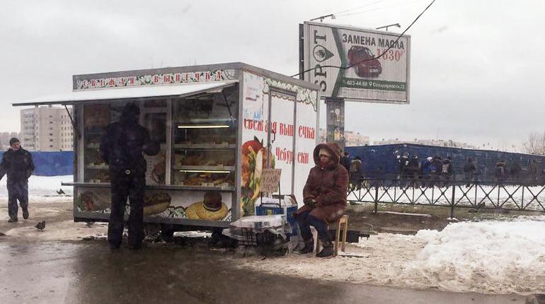 Война с нелегальными ларьками в Петербурге принимает затяжной характер. С одной стороны, власти рапортуют об успехах в борьбе с этим явлением, с другой — петербуржцы сообщают, что никаких изменений нет. Тем временем владельцы ларьков продолжают зарабатывать.
