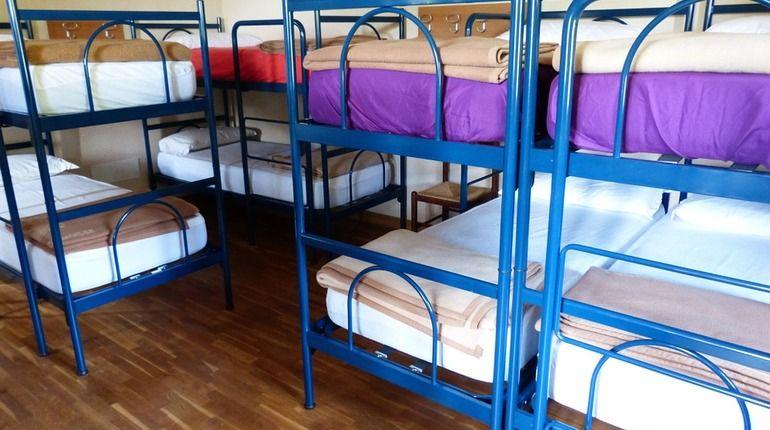В прокуратуру Петроградского района пожаловались на хостел, который работает в одной из квартир жилого дома на улице Мичуринской. Теперь надзорное ведомство намерено выселить незаконную мини-гостиницу.