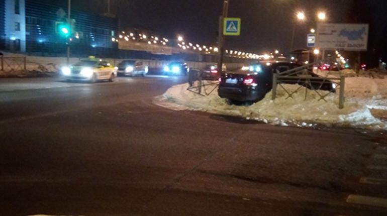 В Приморском районе города Санкт-Петербурга на пересечении улиц Планерной и Ситцевой машина марки Volkswagen снесла ограждение, после чего вылетела на тротуар.