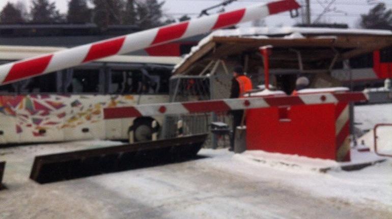 Под Петербургом поезд врезался втуристический автобус