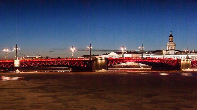 Дворцовый мост заставят краснеть каждую ночь до 2 марта