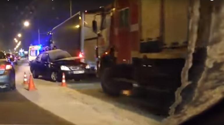 Lada врезалась в автобус на Петергофском шоссе