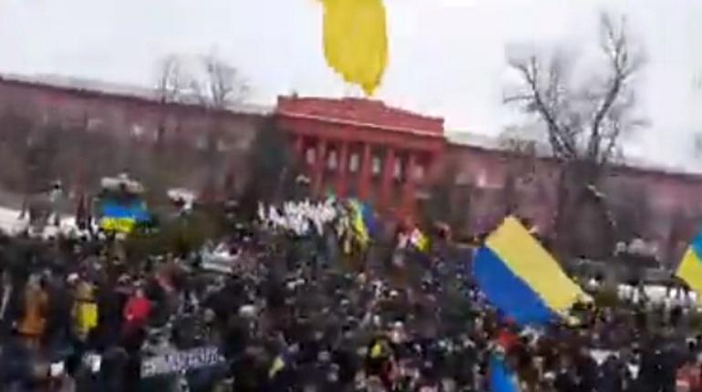 Сторонники бывшего президента Грузии и экс-губернатора Одесской области Михаила Саакашвили проводят в центре Киева марш. Они требуют отставки президента Украины Петра Порошенко.