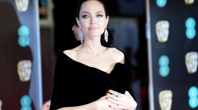 Всемирно известная актриса Анджелина Джоли стала самой обсуждаемой персоной на красной дорожке кинопремии BAFTA.
