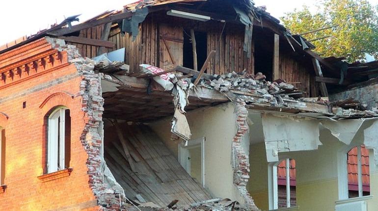 Стены трех домов обрушились в Махачкале
