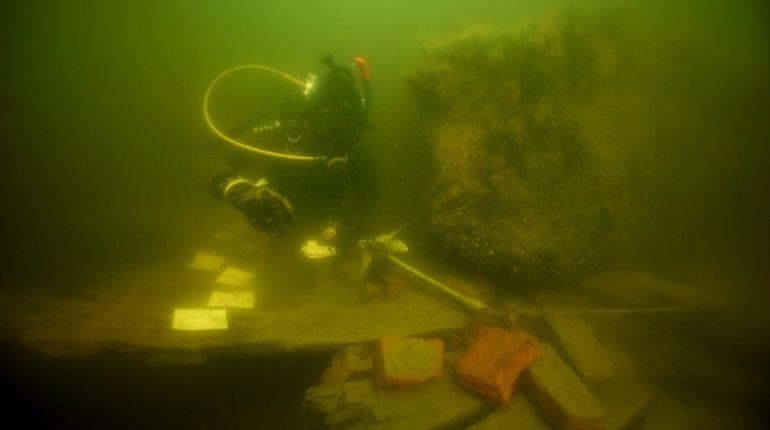 Ученые Института истории материальной культуры Российской академии наук смогли поднять из Выборгского залива баржи, которые затонули вместе с грузом гранита 200 лет назад. Им собирались облицевать набережные Санкт-Петербурга.
