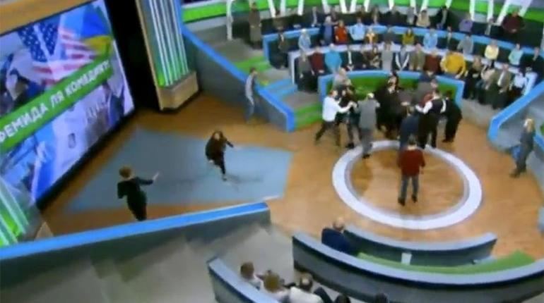 Телевизионный ведущий Андрей Норкин впрямом эфире подрался сукраинским политологом Суворовым