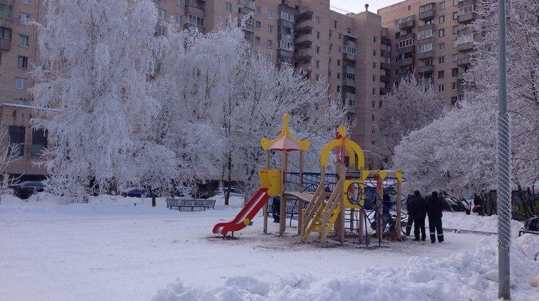Детскую горку на Васильевском воткнули в лед