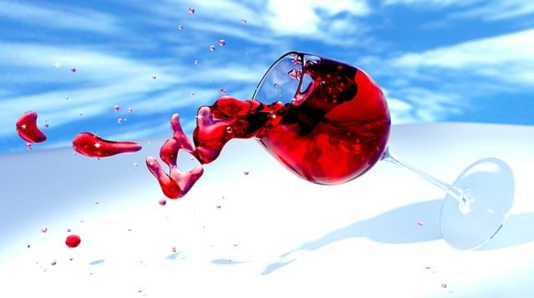 Петербурженка разбила бокал инаглазах людей воткнула острие вшею мужа
