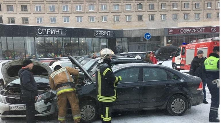Во Фрунзенском районе Санкт-Петербурга 25 февраля произошла крупная авария из-за столкновения двух легковых автомобилей и маршрутки.
