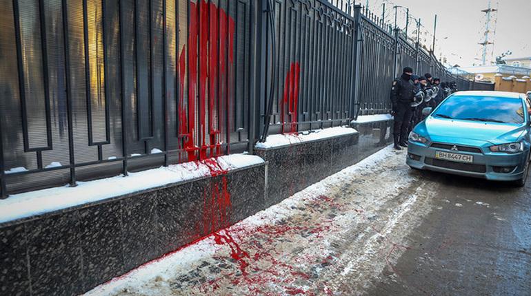 ВОдессе бандеровцы облили краской изабросали файерами консульство Российской Федерации