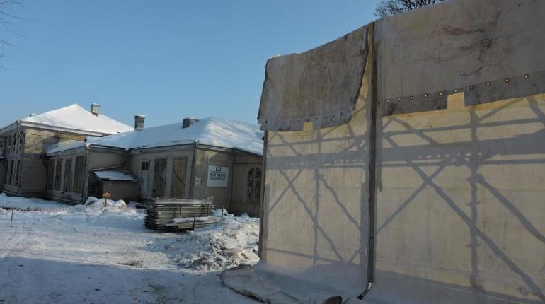Новый виток скандала раскрутился вокруг реставрации в парке Монрепо. Администрация музея-заповедника объявила о разборке деревянных зданий усадебного комплекса. Члены ИКОМОС требуют доступа в постройки до того, как их разберут по дощечкам.