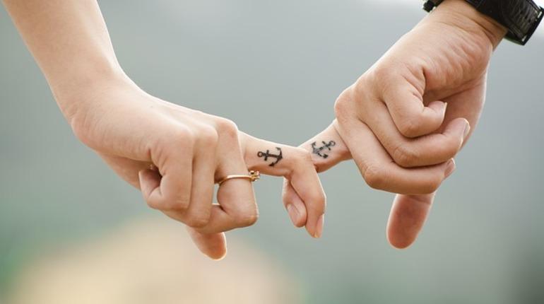 Ученые узнали, что прикосновения любимого человека избавляют отболи