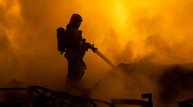 Петербургские спасатели потушили простыню на кухне