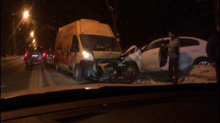 Микроавтобус смял легковушку в Пушкине