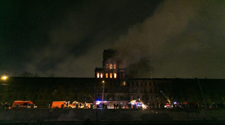 Огонь на заводе «Красный треугольник» смогли остановить через два часа