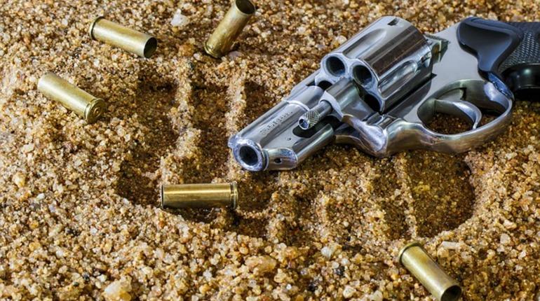ВПетербурге неизвестные вмасках обстреляли машину с дамой зарулём