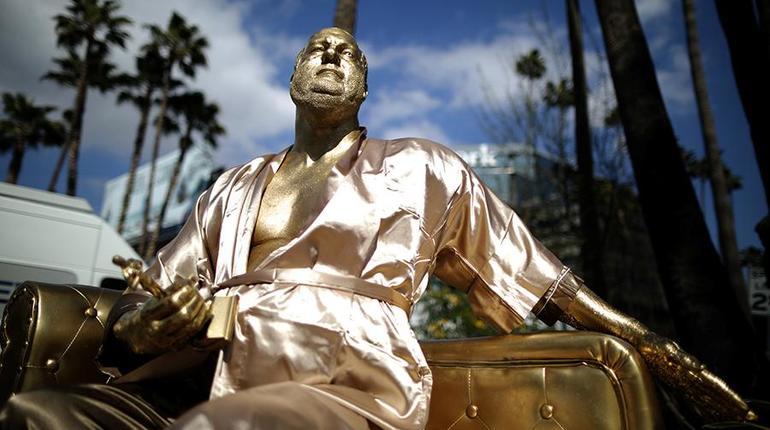 ВГолливуде установили позолоченную статую Вайнштейна