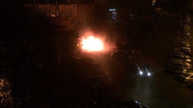 Три автомобиля ночью сгорели в Петербурге