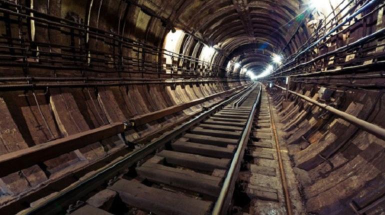 Петербургские школьники засняли поездку в метро с открытыми дверями
