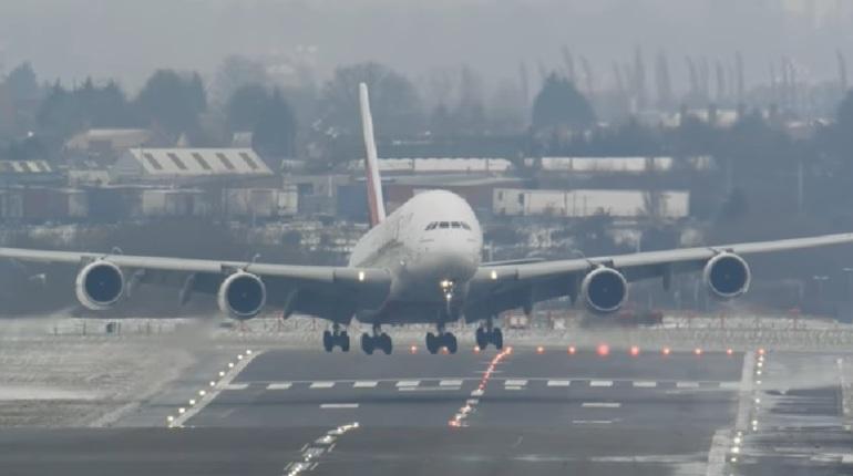 Посадку крупнейшего пассажирского самолета сняли на видео