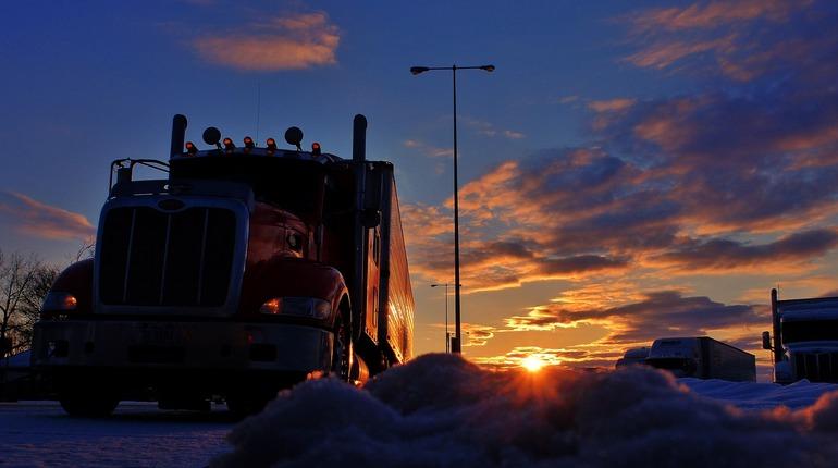 В Брянской области выстроилась внушительная очередь из грузовых фур, которым придется ночевать на дороге, неподалеку от украинской границы.