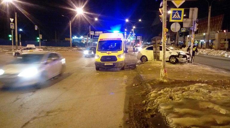 Водитель Kia влетел в светофор после ДТП с такси на севере Петербурга