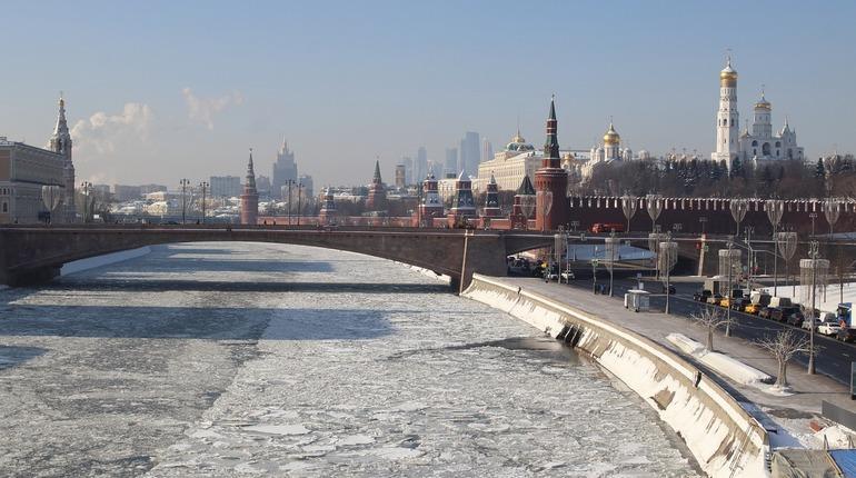 Сюрпризы для женщин в честь главного праздника всех прекрасных дам не заканчиваются. 8 марта башни Московского Кремля превратились в поздравительные букеты.
