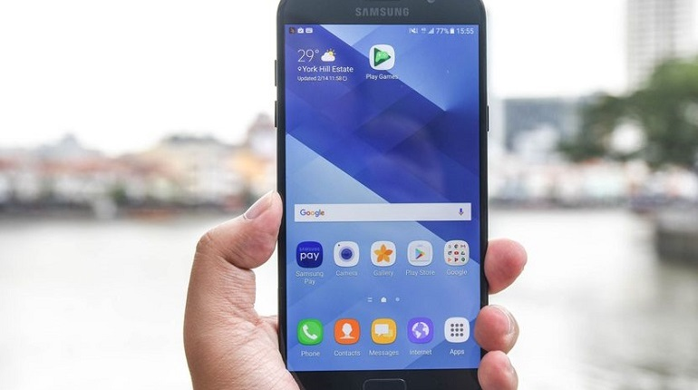Флагманский смартфон от Samsung Galaxy A7 подешевел в России почти вдвое,и теперь его можно купить за 19,3 тыс рублей. В 2017 году стать владельцем смартфона можно было за 33 тыс рублей.