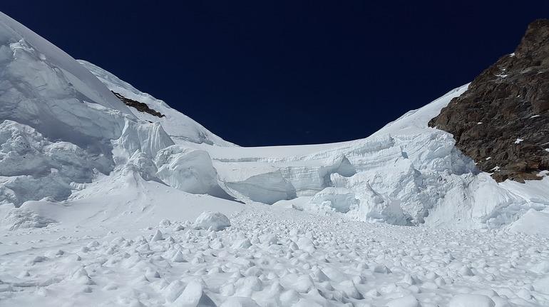 В Хибинах лавина обрушилась на двух петербуржцев, один получил травмы