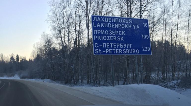Почти 300 единиц техники вышли на уборку от снега региональных трасс в Ленинградской области за минувшие выходные. Об этом сообщили в пресс-службе дорожного комитета региона.