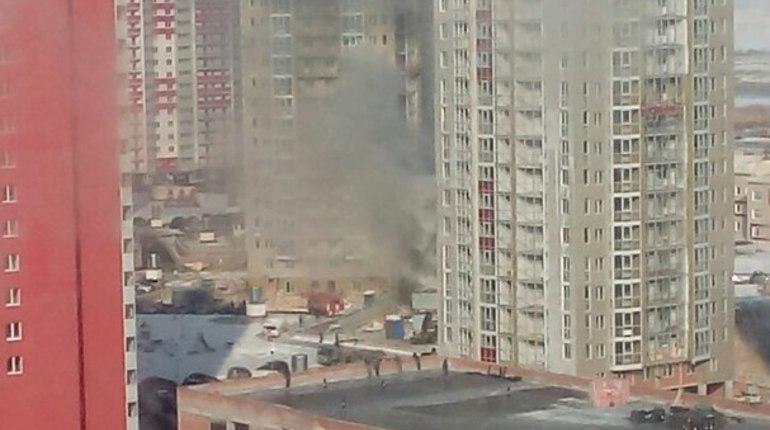 На юго-западе Петербурга тушат долгострой ГК «Город»