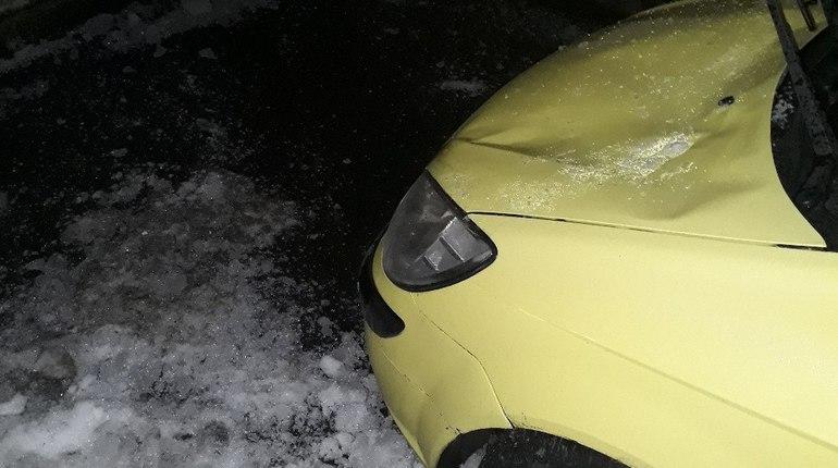 В администрации Адмиралтейского района объяснили ситуацию с падением льда на женщину и машину