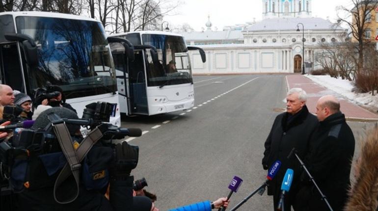 Администрация Петербурга закупила 20 комфортабельных автобусов для перевозки детей. Покупка обошлась бюджету города в 379 млн рублей.