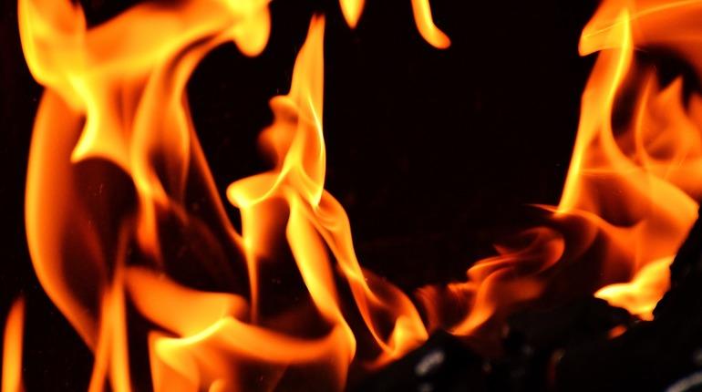 В петербургской многоэтажке одна квартира сгорела дотла