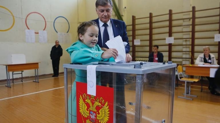 Вячеслав Макаров проголосовал в Калининском районе, держась за внучку
