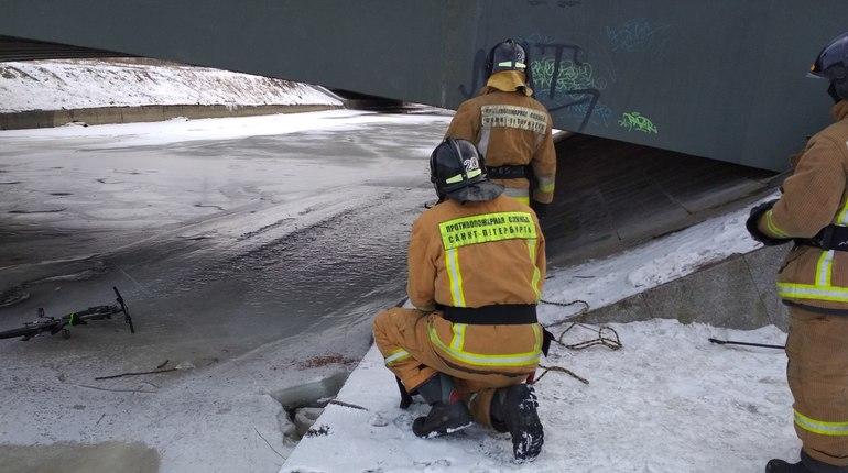 Спасатели достали «купающийся» велосипед в Дудергофском канале