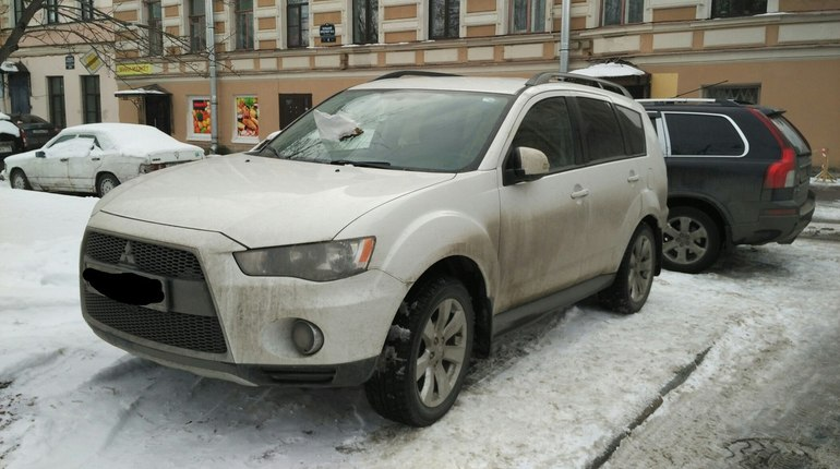 Жители Васильевского наказали автохама за парковку на тротуаре