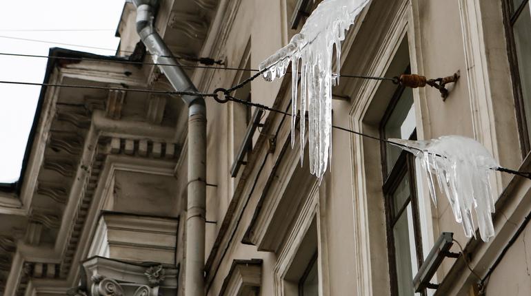 В Петербурге срезали сосульки с 1 тыс. домов