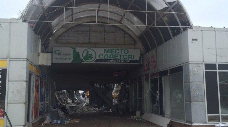 У метро «Озерки» торговый центр сравняли с землей