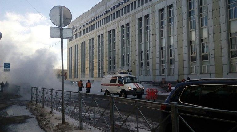 Прорыв трубы сгорячей водой ограничил движение вцентре Петербурга