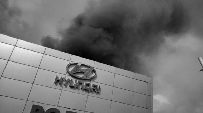 На севере Петербурга ограничили движение из-за пожара в автосалоне