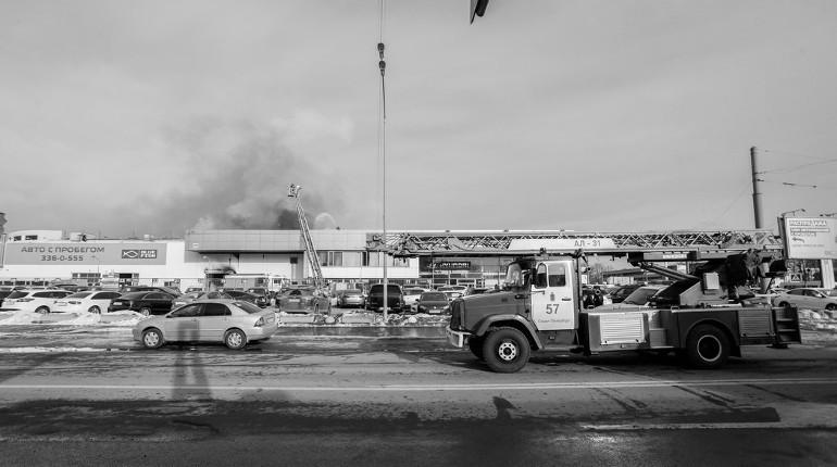 Пожар в петербургском автосалоне локализован