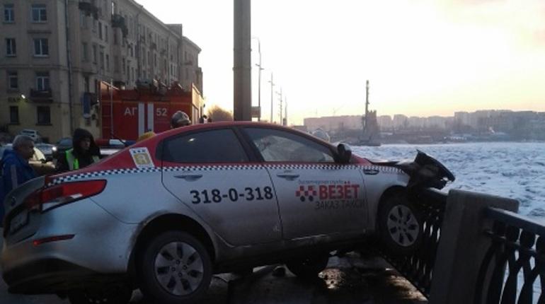 Утром 29 марта, в четверг, в Невском районе Санкт-Петербурга автомобиль такси врезался в ограждение Октябрьской набережной. Об этом сообщают свидетели происшествия в социальной сети