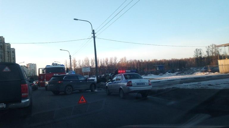 Два автомобиля столкнулись на улице Коммуны в Петербурге