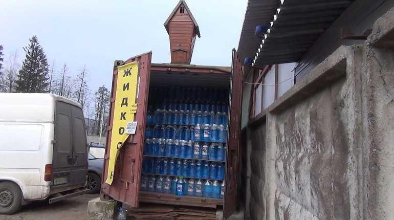 Изпетербургского гипермаркета изъяли 400 литров стеклоомывайки наоснове метилового спирта