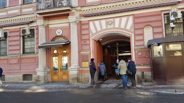 Вгенконсульство США вПетербурге доставили коробки спиццей