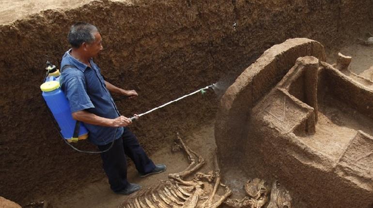 В провинции Хэйлунцзян, на территории древних руин Хунхэ, выкопали более 500 артефактов. Их возраст составляет не менее 4 тысяч лет. Об это пишет агенство Xinhua.