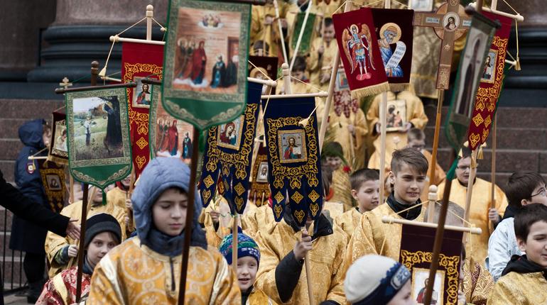 НаИсаакиевской площади прошел детский крестный ход вчесть Вербного воскресенья